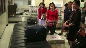 SAIGON, VIETNAM - MAI 2014 : retrait des bagages à l'aéroport clips vidéos