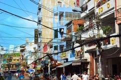 Saigon Vietnam-mars 8, 2015: Gatorna av Saigon (Ho Chi Min City) mycket av trådar Arkivfoton