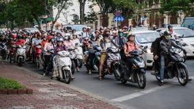 Saigon Vietnam - November 28, 2015: Vägtrafik i Saigon, Vietnam I den största staden i sydliga Vietnam är mer än 4 mil Arkivbilder
