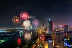 SAIGON, VIETNAM - OCT 02, 2014 - Horizon met vuurwerk steekt op hemel over bedrijfsdistrict in Ho Chi Minh City aan Royalty-vrije Stock Afbeeldingen