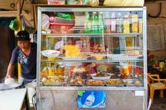 SAIGON, VIETNAM - 16 octobre 2014 : Restaurant de rue sur un trottoir, Saigon, Vietnam Photographie stock libre de droits