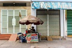SAIGON, VIETNAM - Oktober 16, 2014: Het bevestigen kleedt de mens op een kleine straat, Saigon, Vietnam Royalty-vrije Stock Foto's