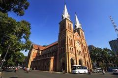 SAIGON, VIETNAME - 5 de abril de 2016 - Saigon Notre Dame Cathedral (vietnamita: Nha Tho Duc Ba) em um daylife Fotos de Stock