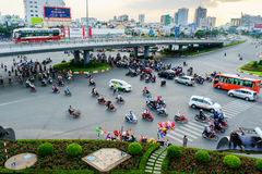 Saigon, Vietname - 14 de dezembro de 2014: Circulação pelo veículo no acercamento da interseção de Hang Xanh, Saigon, Vietname Fotografia de Stock