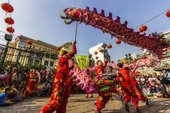 SAIGON, VIETNAME - 18 de fevereiro de 2015: A dança do dragão e de leão mostra no festival chinês do ano novo Foto de Stock