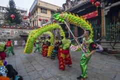SAIGON, VIETNAME - 15 de fevereiro de 2018 - dança do dragão e de leão mostram no festival chinês do ano novo Imagens de Stock