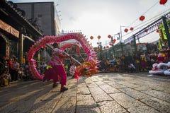 SAIGON, VIETNAME - 15 de fevereiro de 2018 - dança do dragão e de leão mostram no festival chinês do ano novo Foto de Stock Royalty Free