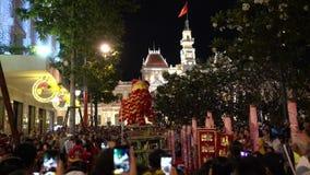 SAIGON, VIETNAME - 4 de fevereiro de 2019: Mostra da dança do dragão e de leão no festival chinês do ano novo video estoque