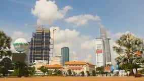 SAIGON, VIETNAME - 12 DE OUTUBRO DE 2016: A área em Ho Chi Minh City Arranha-céus, carros e povos Imagem de Stock Royalty Free