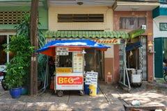 SAIGON, VIETNAME - 16 de outubro de 2014: Restaurante local em uma rua pequena, Saigon do fast food, Vietname fotos de stock