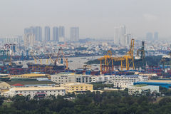 SAIGON, VIETNAME - 2 DE OUTUBRO DE 2015: Um navio de recipiente em Cat Lai New Port, uma parte do porto de Saigon Em 2013, o port Fotos de Stock Royalty Free