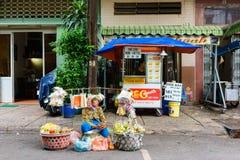 SAIGON, VIETNAME - 16 de outubro de 2014: Vendedor ambulante em uma rua pequena, Saigon, Vietname foto de stock royalty free