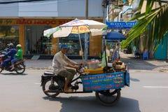 SAIGON, VIETNAME - 16 de outubro de 2014: Vendedor ambulante em uma rua pequena, Saigon, Vietname fotos de stock royalty free
