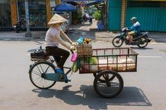 SAIGON, VIETNAME - 16 de outubro de 2014: Vendedor ambulante em uma rua pequena, Saigon, Vietname fotografia de stock