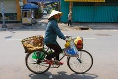 SAIGON, VIETNAME - 16 de outubro de 2014: Vendedor ambulante em uma rua pequena, Saigon, Vietname imagens de stock royalty free