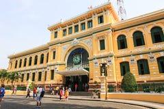 Saigon, Vietname, janeiro, 20, 2015 Povos que andam perto da estação de correios de Saigon Imagem de Stock Royalty Free