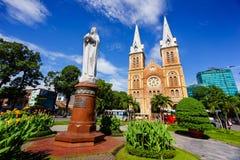 SAIGON, WIETNAM - 07 2014 Listopad: Notre Damae Katedralny wietnamczyk: Nha Tho Duc półdupki, budowa w 1883 w Ho Chi Minh mieście Zdjęcia Stock