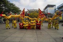 SAIGON WIETNAM, Luty, - 18, 2015: Smoka i lwa taniec pokazuje w chińskim nowego roku festiwalu Fotografia Royalty Free