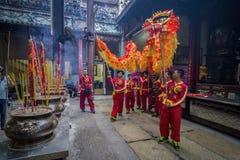 SAIGON WIETNAM, Luty, - 18, 2015: Smoka i lwa taniec pokazuje w chińskim nowego roku festiwalu Zdjęcia Royalty Free