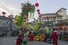 SAIGON WIETNAM, Luty, - 18, 2015: Smoka i lwa taniec pokazuje w chińskim nowego roku festiwalu Fotografia Stock
