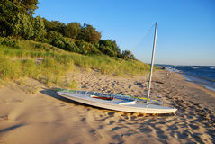 Sail boat on Lake Michigan shore Royalty Free Stock Photography