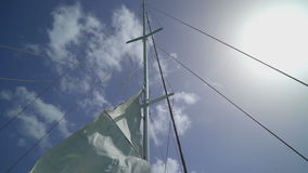 Sail som vinkar på vinden