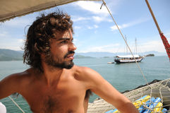 Sailaing masculino salvaje joven a través de las islas de Paraty Río hace Janeiro Imagen de archivo