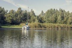 Sailboar na âncora em uma baía Fotografia de Stock Royalty Free