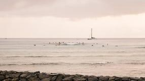 Sailboat και surfers στην απόσταση στοκ φωτογραφίες με δικαίωμα ελεύθερης χρήσης