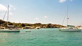 Sailboat αγκυροβόλιο στους βρετανικούς Παρθένους Νήσους απόθεμα βίντεο