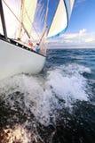 Sailboat γιοτ που πλέει στην μπλε θάλασσα. Τουρισμός Στοκ φωτογραφία με δικαίωμα ελεύθερης χρήσης
