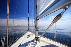 Sailboat γιοτ που πλέει στην μπλε θάλασσα. Τουρισμός Στοκ Εικόνες