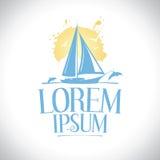 Sailboat ενάντια στον ήλιο με το λογότυπο δελφινιών Στοκ Εικόνες