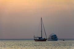 Sailboat και βάρκα επιβατών Στοκ Εικόνα