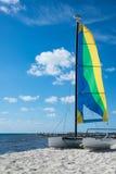 Sailboat καταμαράν στην αμμώδη παραλία στοκ φωτογραφία