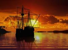 Sailboat κοντά στην ακτή κατά τη διάρκεια του ηλιοβασιλέματος Στοκ Φωτογραφία