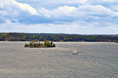 Sailboat κοντά στο νησί με το πράσινο δάσος Στοκ Φωτογραφία
