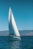 Sailboat με τα πανιά καθορισμένα τη θάλασσα με πλήρη ταχύτητα Στοκ Εικόνες