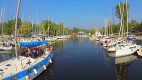 Sailboat με τους τουρίστες που πλέουν μακριά, τα γιοτ και τις βάρκες στο λιμάνι απόθεμα βίντεο