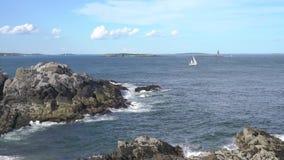 Sailboat με το λίκνισμα της ακτής απόθεμα βίντεο