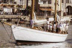 Sailboat με το πλήρωμα στα ιταλικά αποβάθρα Στοκ Φωτογραφία