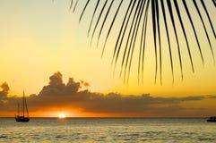 Sailboat μπροστά από το ηλιοβασίλεμα στοκ φωτογραφίες με δικαίωμα ελεύθερης χρήσης