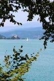 Sailboat, μπλε λίμνη και βουνό Στοκ Εικόνες