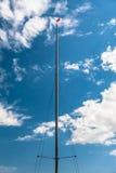 Sailboat μπλε ουρανός και σύννεφα ιστών Στοκ Εικόνα