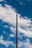 Sailboat μπλε ουρανός και σύννεφα ιστών Στοκ Εικόνες