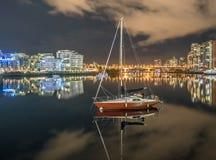 Sailboat - οι απόψεις νύχτας πόλεων τοποθετούν Π.Χ. το Βανκούβερ στοκ εικόνες με δικαίωμα ελεύθερης χρήσης