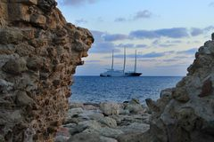 Sailboat ο ιστός κυμάτων θάλασσας σκαφών καλύπτει το σχέδιο ακτών στοκ φωτογραφία με δικαίωμα ελεύθερης χρήσης