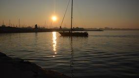 Sailboat πίσω στη μαρίνα φιλμ μικρού μήκους