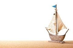 Sailboat παιχνιδιών στην άμμο Στοκ Εικόνες
