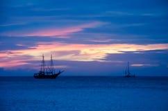 Sailboat πειρατών στη θάλασσα που πλοηγεί προς το ηλιοβασίλεμα Στοκ φωτογραφία με δικαίωμα ελεύθερης χρήσης